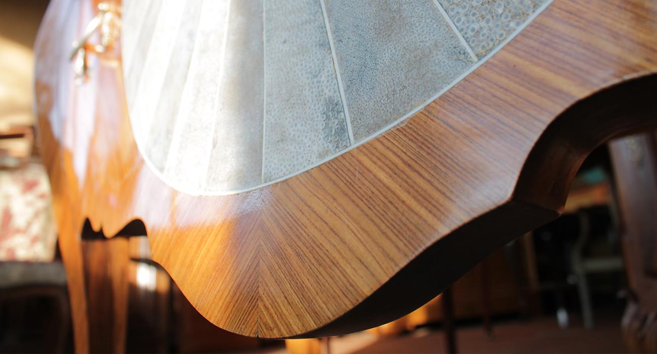 Un bel exemple de placage de galuchat sur une commode en bois de violette.