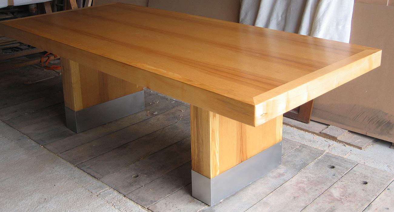 Table et Table basse en frêne massif, plinthe en acier inoxydable - Ateliers Alain Maury - Villemandeur